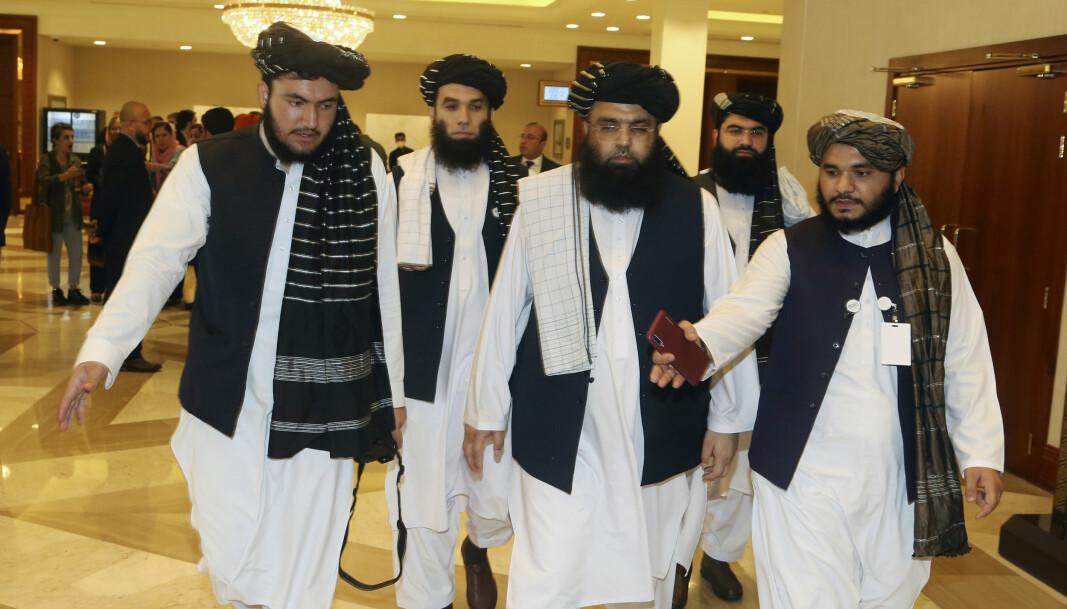TIL FORHANDLINGSBORDET: Medlemmer av Talibans delegasjon på vei inn til åpningen av fredssamtalene mellom den afghanske regjeringen og Taliban i Qatar, 12. september 2020.