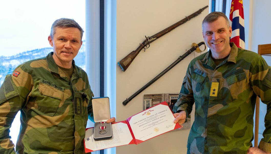 MEDALJE: Oberstløytnant Per Erik Bjørnstadbråten (t.v.) sammen med sjef Hæren, Lars Lervik.