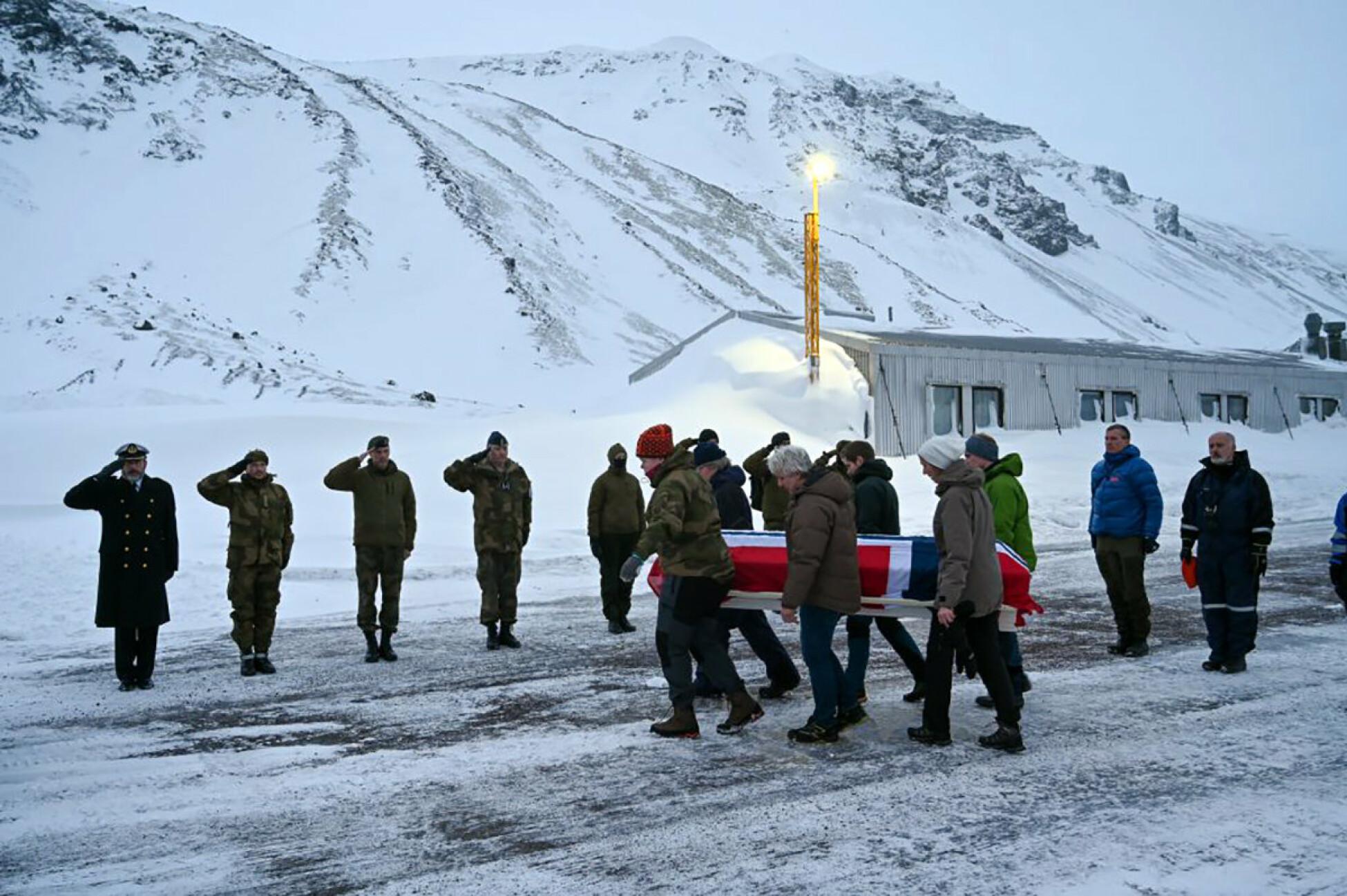 Bårene til Bjørg Kathrine Batalden og Robin Karlsen bæres ut i flyet som går til fastlandet.