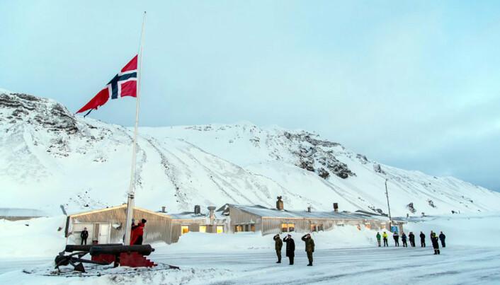 18 personer bor og jobber på Jan Mayen. Dette bildet ble tatt før bårene ble sendt til Gardermoen.