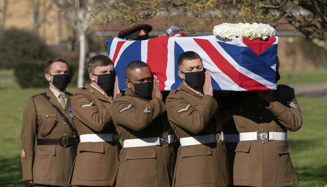 Soldater bar kisten til Tom Moore, som hadde kapteins grad i det britiske forsvaret.