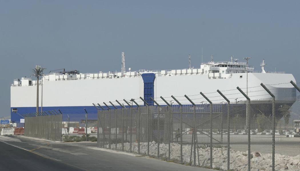 Det israelske lasteskipet Helios Ray gikk til kai i Dubai (bildet) etter å ha blitt rammet av to eksplosjoner i Omanbukta fredag.