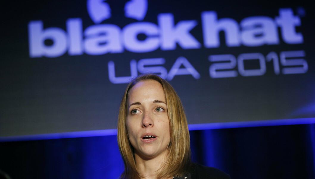 Runa A. Sandvik under en konferanse hvor hun fortalte om hvordan hun hacket en Linux-drevet rifle under Black Hat konferanse i Las Vegas i 2015.