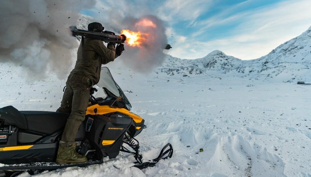 PANZERFAUST: En nederlansk soldat skyter en Panzerfaust 3 i Blåtind skyte- og øvingsfelt.