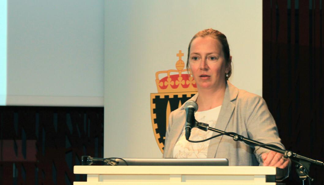 Camilla Guldahl Cooper ved Stabsskolen fotografert på et sted hun trives godt - på konferanse med gode kolleger.