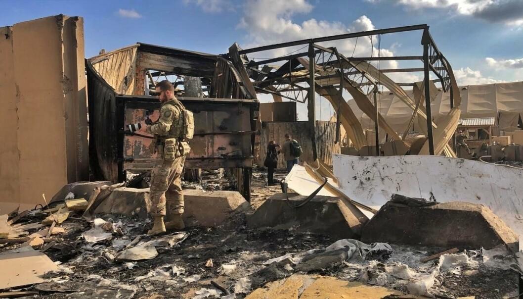 STORE SKADER: Amerikanske soldater og journalister undersøker skadene etter angrepet i januar 2020.