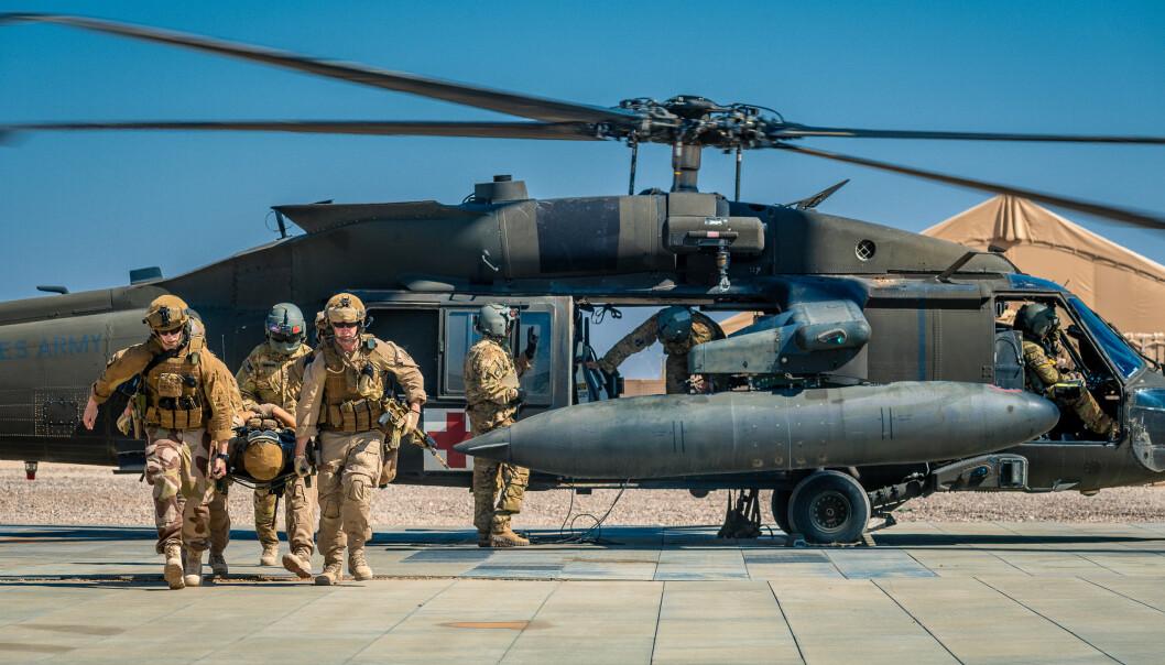 EVAKUERING: Soldater fra NORTU 5 (Norwegian Task Unit) trener på å evakuere sårede med med et amerikansk Blackhawk-helikopter, i basen ain Al-Assad
