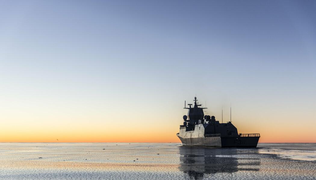 NORDOMRÅDENE: Det beste Norge og Forsvaret kan gjøre er å tilpasse seg det sikkerhetspolitiske bildet, skriver Kjell Inge Bjerga. Her ser vi KNM Roald Amundsen på tokt til Svalbard for å hevde suverenitet i området.