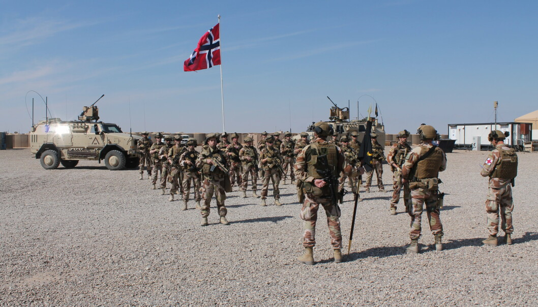 AL-ASAD: Den norske styrken i al-Asad-leiren i Irak. Her står de oppstilt i forbindelse med kong Haralds fødselsdag.