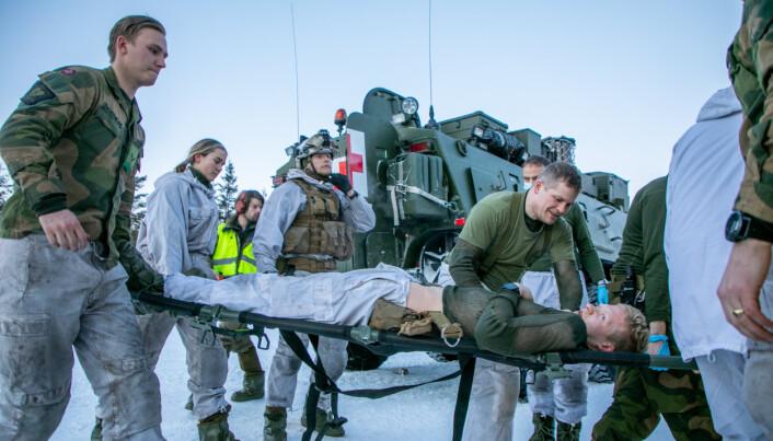 ØVELSE: Soldater fra Sanitetsbataljonen sammen med det nye kjøretøyet.