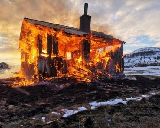 Hytte som ble brukt av britiske soldater på vintertrening brant ned