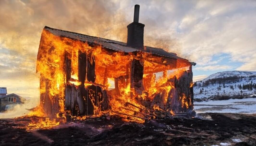 BRANN: Hytta i Folldal som begynte å brenne etter å ha blitt brukt av britiske soldater på øvelse.