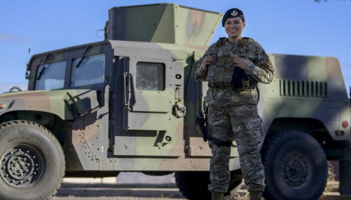 BEDRE BESKYTTELSE: Pilot Kiah C. Cook viser frem den nye skuddsikre vesten på Kirtland Air Force Base i New Mexico.