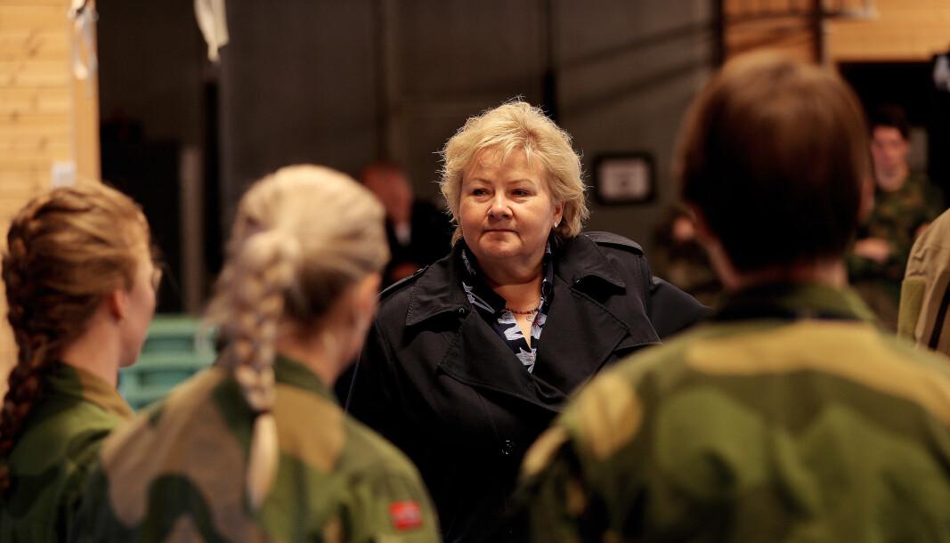 Statsminister Erna Solberg snakker med kvinnelige operatører fra Jegertroppen i Forsvarets Spesialkommando på Rena 3. juni 2019.