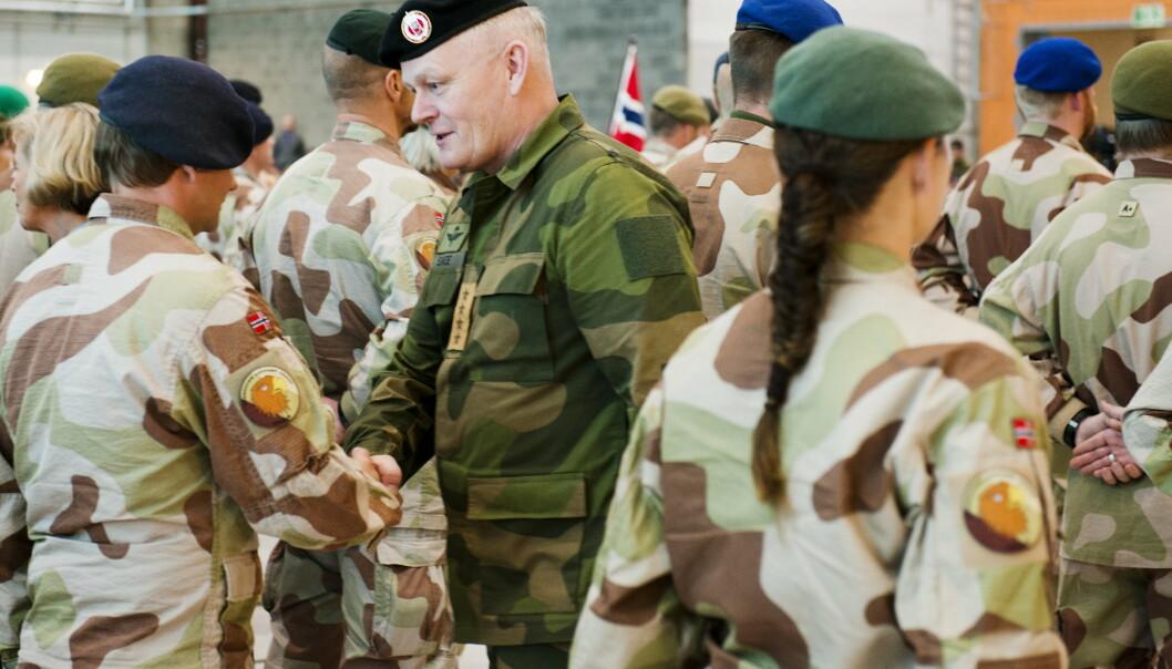 SEREMONI: Daværende forsvarssjefen Harald Sunde under medaljeseremoni på Gardermoen militære flystasjon for de norske styrkene som har avsluttet sitt oppdrag i Faryab provins i Afghanistan. Bildet ble tatt 30.11.2012.