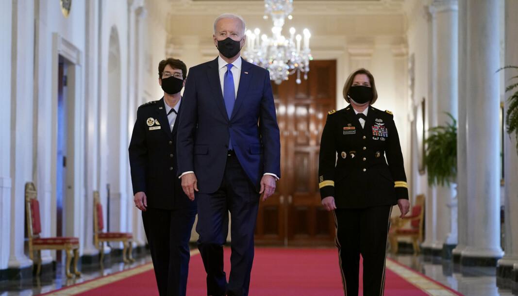 President Joe Biden flankert av general Jacqueline Van Ovost (t.v.) og general Laura Richardson (t.h.). Van Ovost og Richardson ble mandag utnevnt til to toppstillinger i det amerikanske forsvaret.