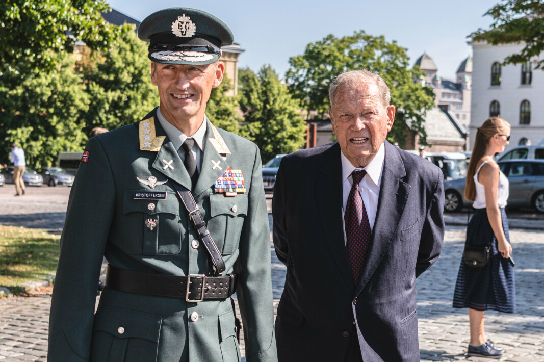 Forsvarssjef Eirik Kristoffersen og Erling Lorentzen under innsettelsesseremonien til Kristoffersen i sommer.