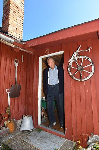 HYTTA: Erling Lorentzen i døra på hytta der han hadde sitt hovudkvarter.