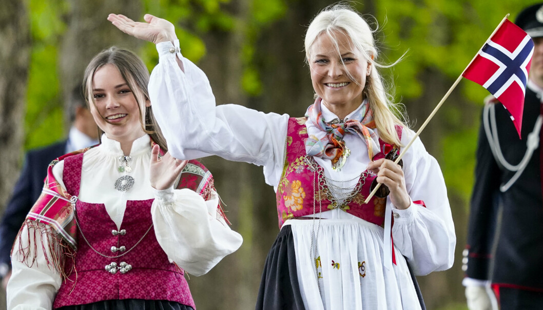 Kronprinsesse Mette-Marit og prinsesse Ingrid Alexandra under 17. mai-feiringen utenfor Skaugum i Asker i 2020.