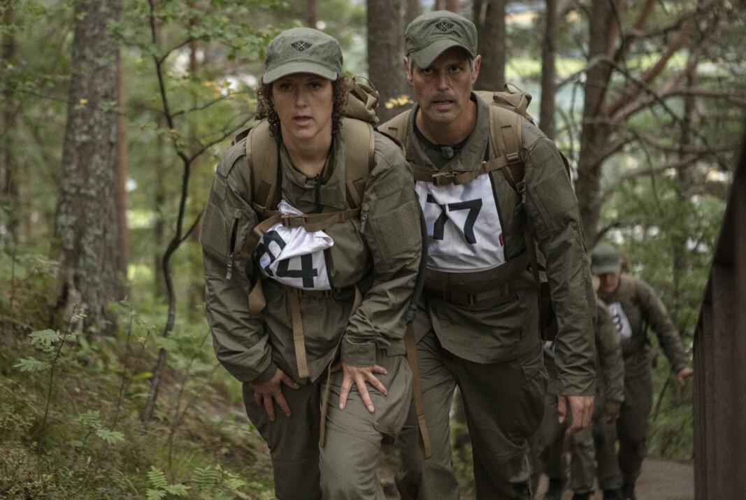 - Jeg har ingen erfaring fra militæret. Det nærmeste må være at jeg har gått i korps, haha. Med uniform og marsjering, rett og hvil, forteller Margrethe Røed(venstre). Til høyre er Håvard Tjora.