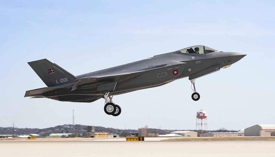 Danskenes første F-35 med halenummer L-001 i dét det tok av for første gang ved fabrikken i Fort Worth Texas.