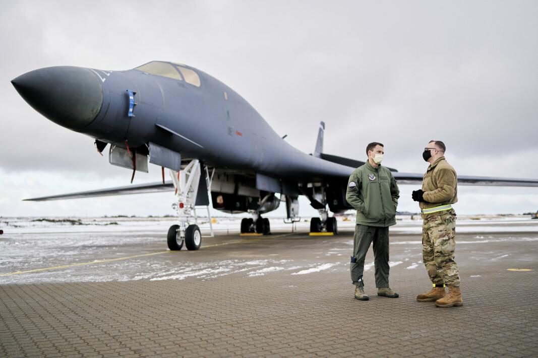 PILOT: Piloten til venstre i bildet én av de rundt 200 amerikanske soldatene, som er plassert på hotellene i den lille byen Brekstad.
