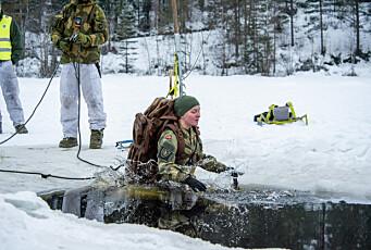Se vakt- og sikringsoldatene øve på å gå gjennom isen for første gang på flere år
