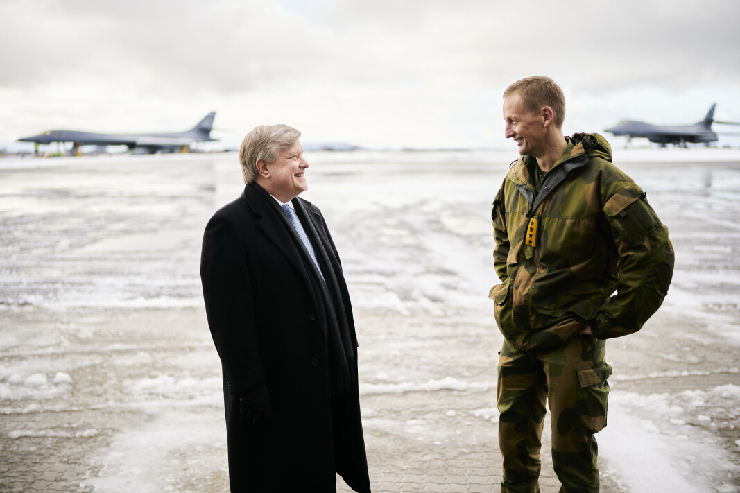 SAMARBEID: Chargé d'affaires på USAs ambassade i Norge Richard Riley og Norges forsvarssjef Eirik Kristoffersen snakket om verdien aav samarbeid tirsdag 9. mars på Ørland.