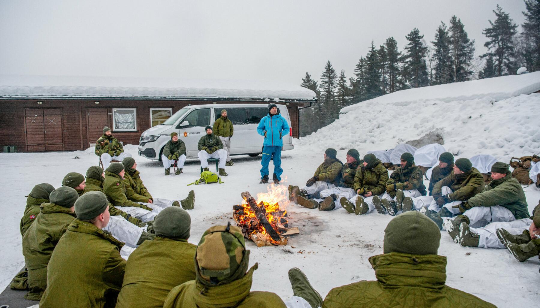 Tormod Granheim holder foredrag for soldatene hvor han prater om grep som kan gjøre en stor forskjell i en overlevelsessituasjon.