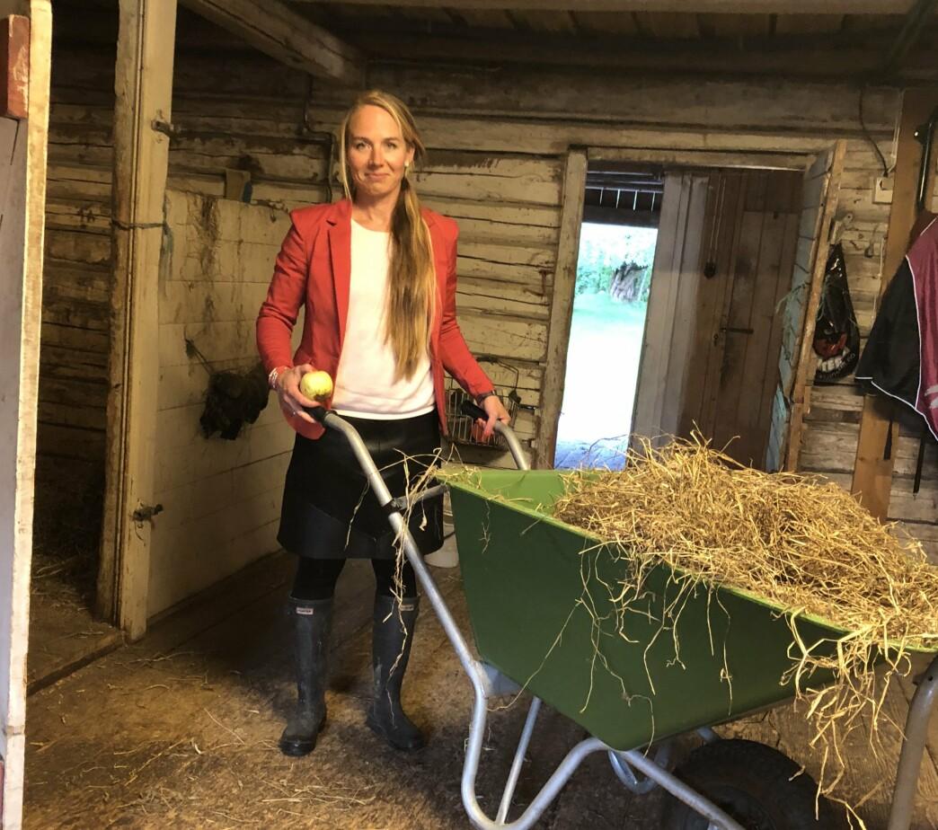 Dressjakke, skinnskjørt og gummistøvler. Morgnene er hektiske og det er Sigrids skyld fordi hun står opp for sent. Foring av hestene er en del av morgenrutinen.