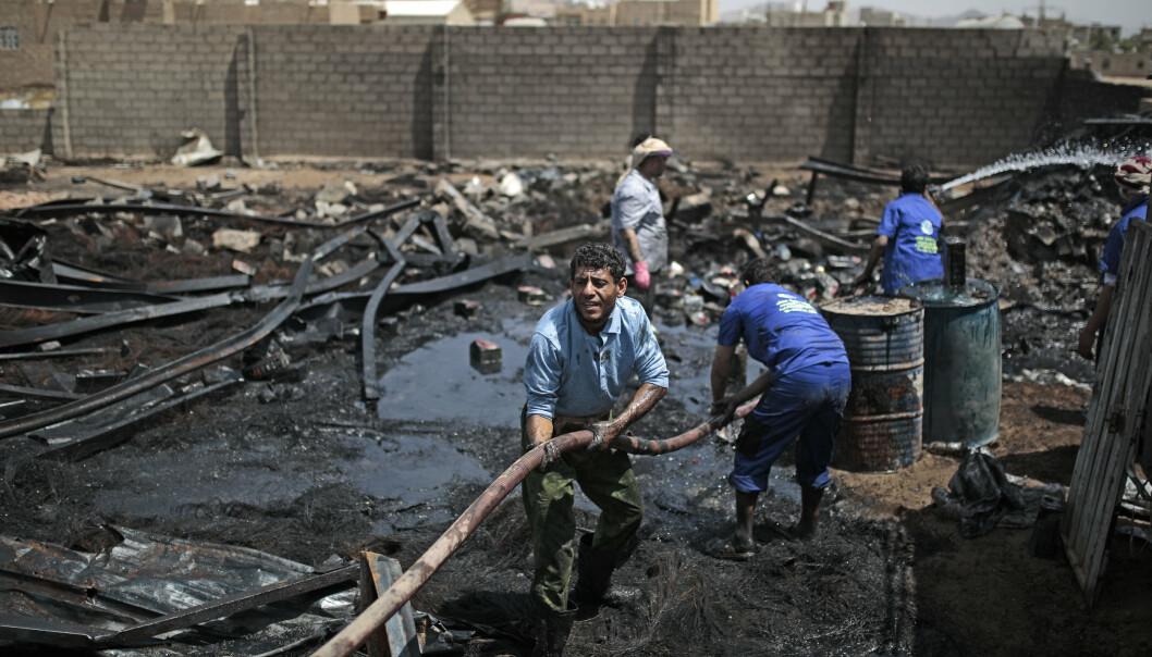 Saudi-Arabia har gjennomført over 22.000 flyangrep og lagt store deler av Jemens infrastruktur i grus siden 2015. Her forsøker frivillige å slukke brannen i et oljelager som ble bombet i juli i fjor.