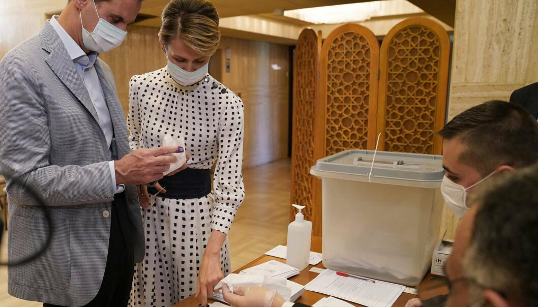 Syrias president Bashar al-Assad og hans kone Asma da de avla stemme i valg på ny nasjonalforsamling i juli i fjor.