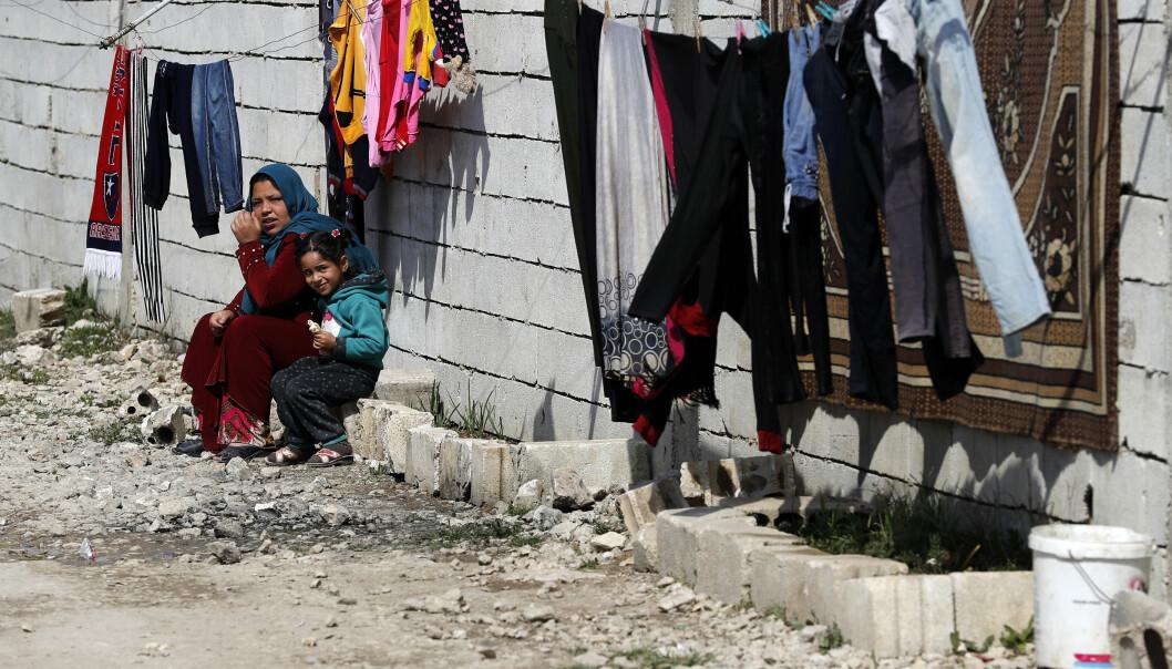 Halvparten av Syrias befolkning er på flukt, her en kvinne og hennes datter i Bekaadalen i Libanon. Ifølge en London-basert organisasjon er over 388.000 mennesker drept i krigen