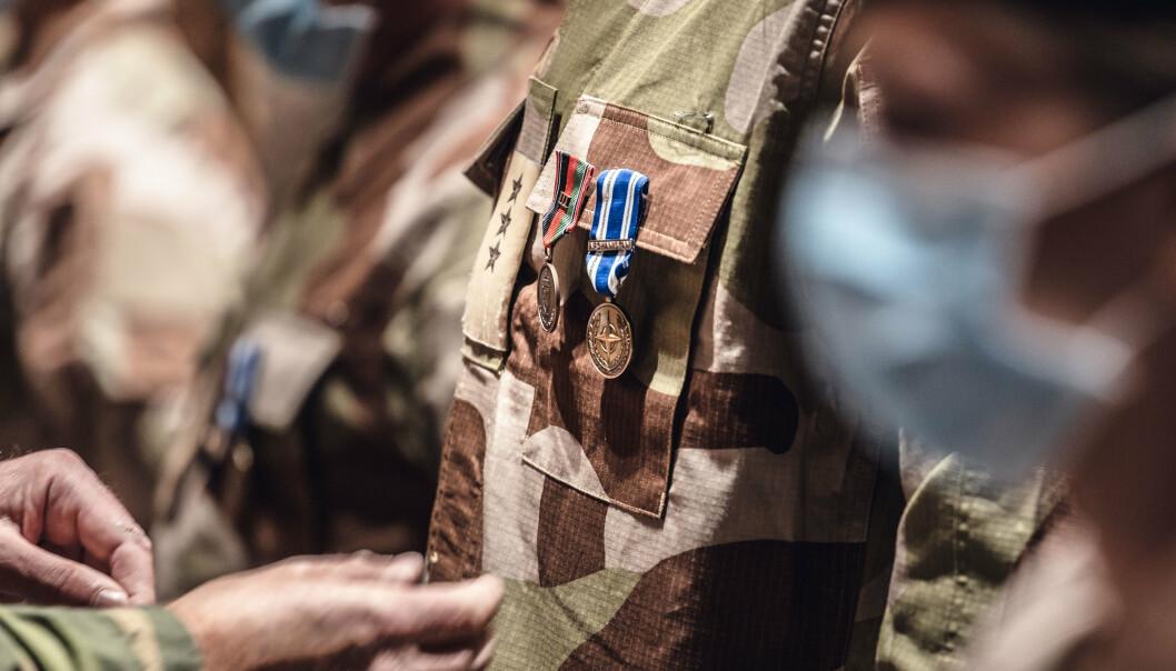 DEKORERT: Soldatene fra Forsvarets sanitets første kontingent til sykehuset i Kabul mottok Forsvarets operasjonsmedalje og NATO non-article 5 Resolute Support-medaljen under en seremoni i oktober i fjor.