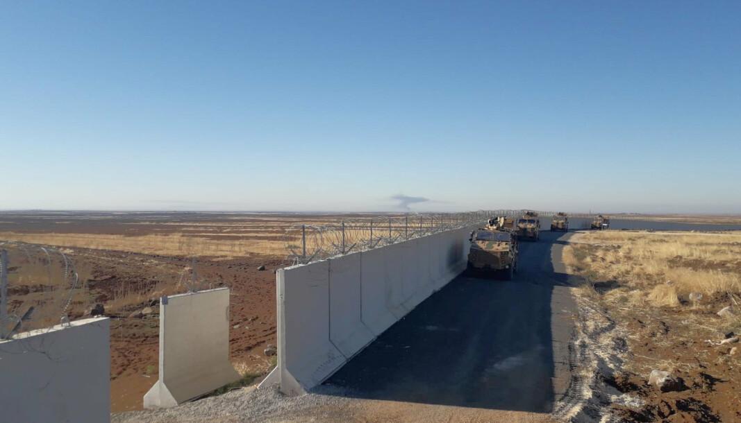 Dette illustrasjonsfotoet fra 2019 viser tyrkiske grensekjøretøy ved grensen mellom Tyrkia og Syria, i nærheten av den tyrkiske byen Idil.
