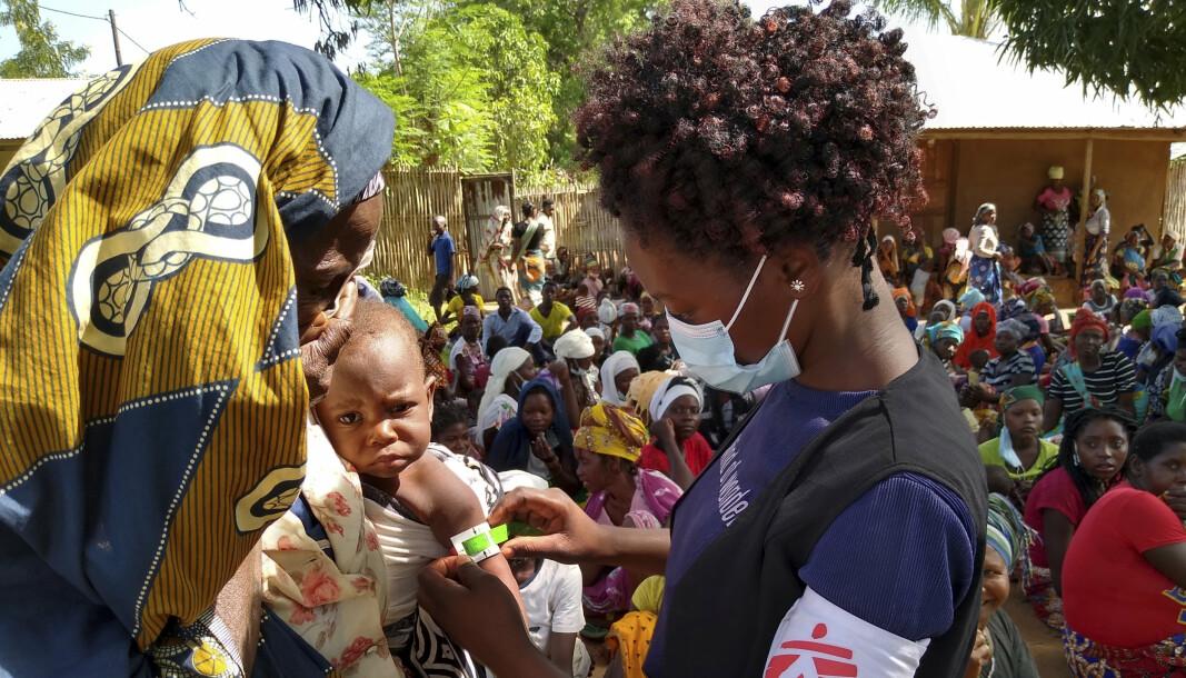 PÅ FLUKT: Jihadistopprøret nordøst i Mosambik har kostet minst 2.600 liv og drevet 670.000 på flukt. Barn ned i elleveårsalderen er halshogd. Her får flyktninger hjelp fra en helsearbeider fra Leger Uten Grenser.