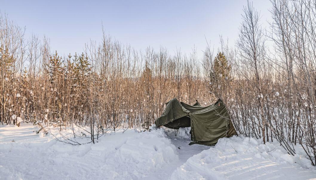 BC: Slik kan et bærebart toalett se ut. Dekket til med knappetelt får soldatene gått på do i felt.