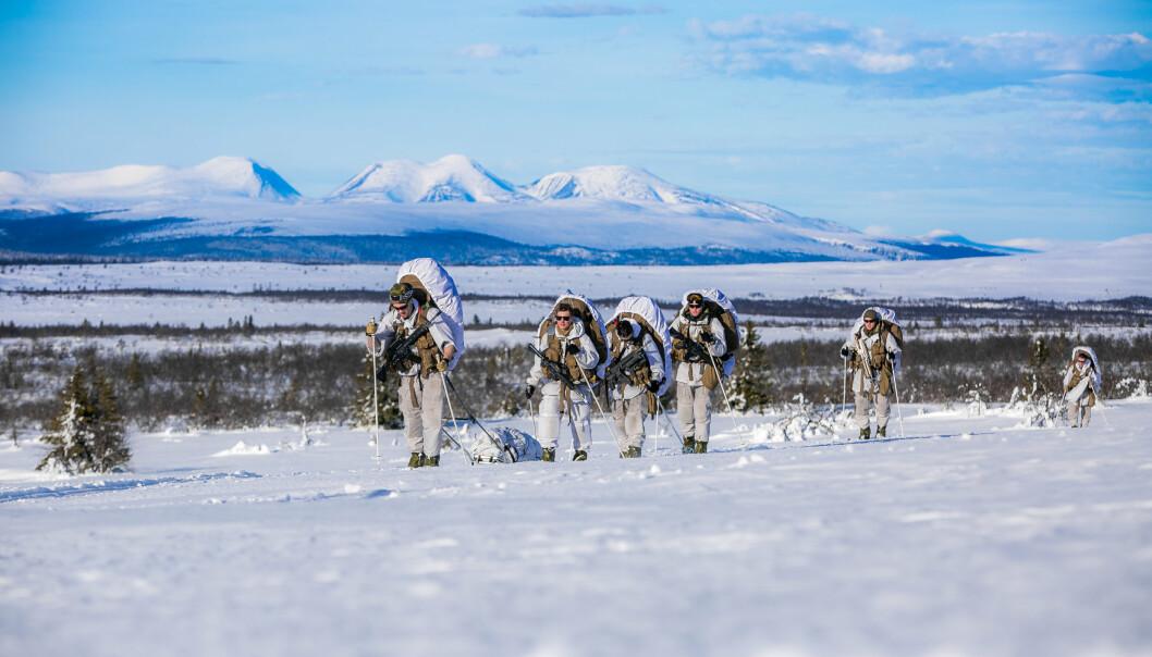 VINTERTRENING: Norske soldater får nytt vintermateriell, blant annet ski, truger, soveposer og telt.