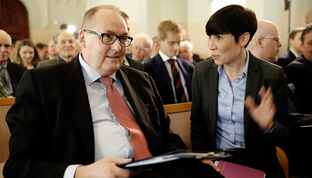 BROBYGGER: I norske forsvars- og sikkerhetspolitiske miljøer er Rolf Tamnes Brobyggeren med stor B. Her er Rolf Tamnes sammen med daværende forsvarsminister Ine Eriksen Søreide.