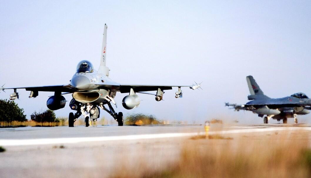 NORSKE FLY: Norske F-16 jagerfly etter landing på Souda Air Base på Kreta etter at de fredag for første gang brukte våpen under deltagelse i Operation Odyssey Dawn i Libya. Ti år har gått siden Norge og andre Nato-land bombet opprørere til makten i Libya.