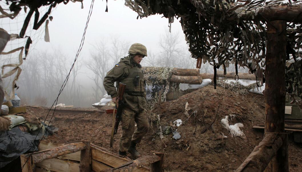 FRONTLINJEN: En ukrainsk soldat står ved frontlinjen i Donetsk, i nærheten av byen Novoluhanske.