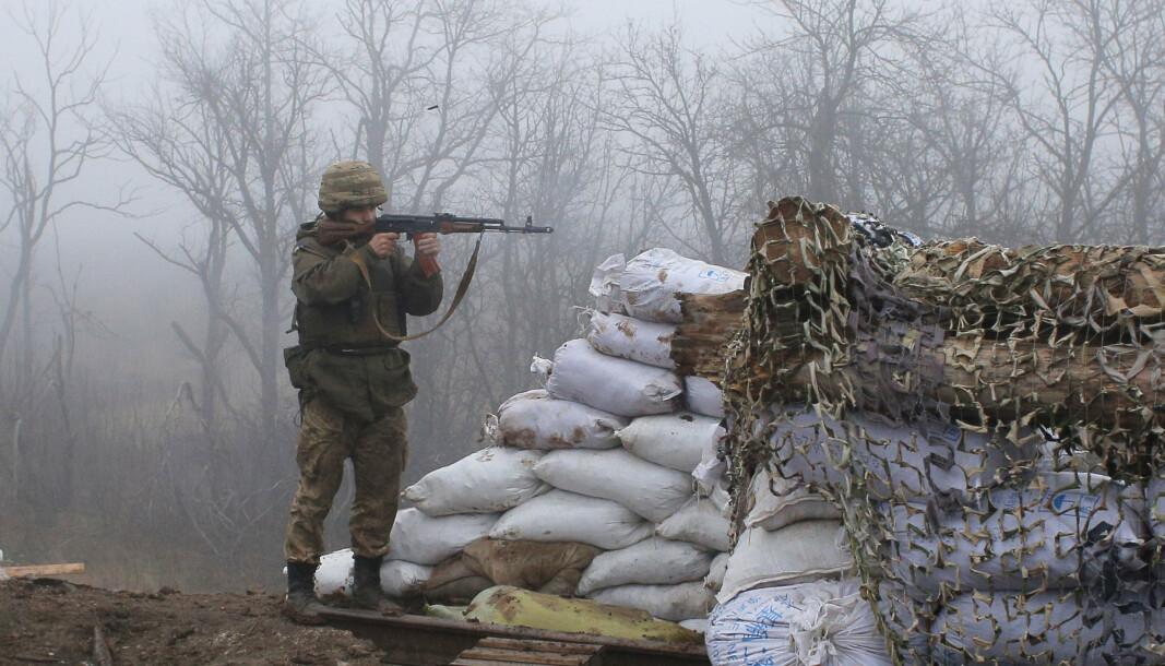 VÆPNET KONFLIKT: En ukrainsk soldat ved frontlinjen i byen Novoluhanske i Donetsk region i 2019. Siden 2014 har det vært væpnet konflikt i den østlige delen av Ukraina.
