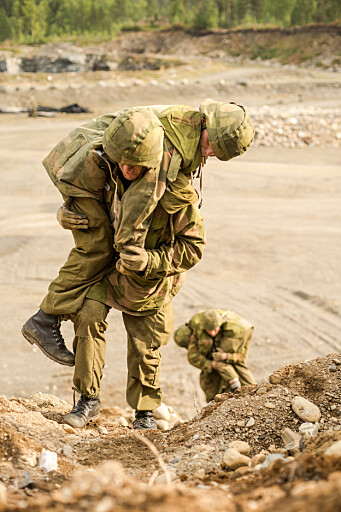 Makkertjeneste er viktig både psykisk og fysisk. Bildet viser artillerijegere på øvelse.