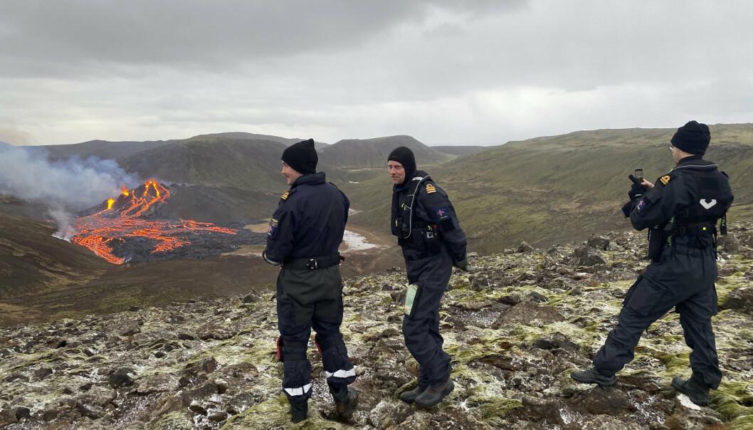 Tjenestemenn fra den islandske kystvakten har tatt seg inn i området hvor vulkanutbruddet pågår for å vurdere situasjonen.