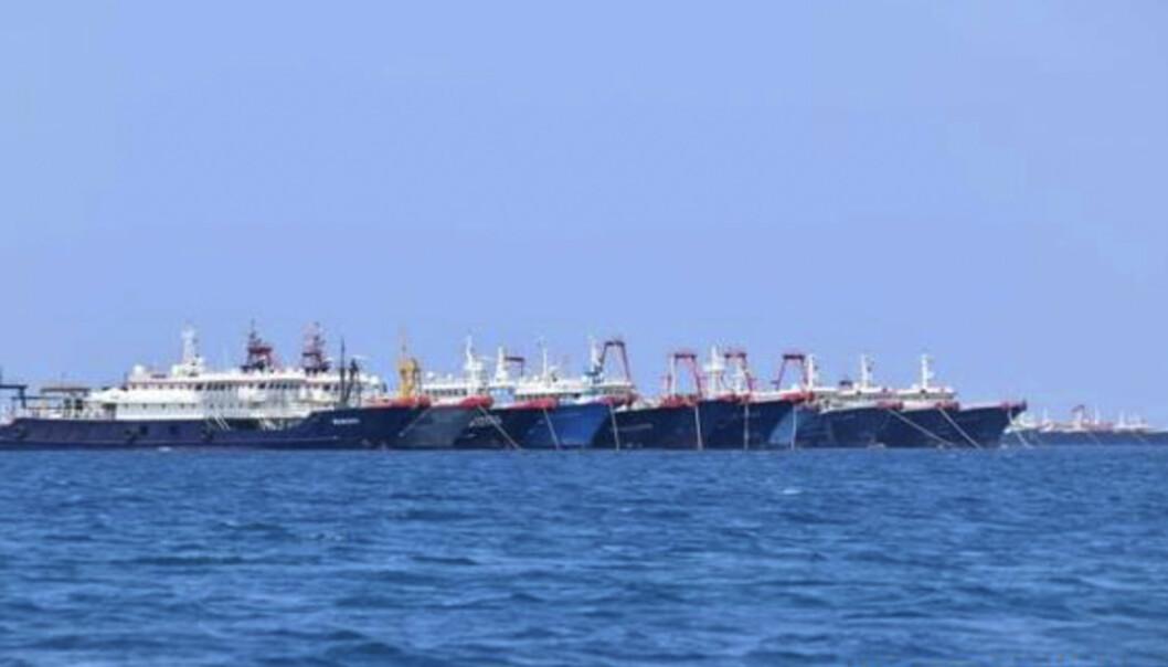 KINESISK: Dette bildet, som er tatt 7. mars, viser noen av de 200 kinesiske fartøyene som har ankret opp ved et rev i filippinsk økonomisk sone i Sør-Kinahavet.