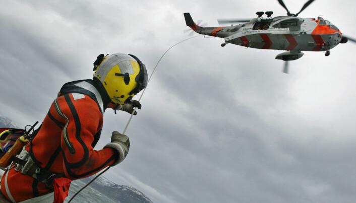 HELSEARBEIDERE: En norsk redningsmann fra 330 skvadronen i Redningshelikoptertjenesten under en heiseøvelse.