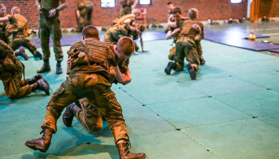 NÆRKAMP: Gardister fra Hans Majestet Kongens Gardes 4. Gardekompani trener nærkamp som en del av utdanningen.