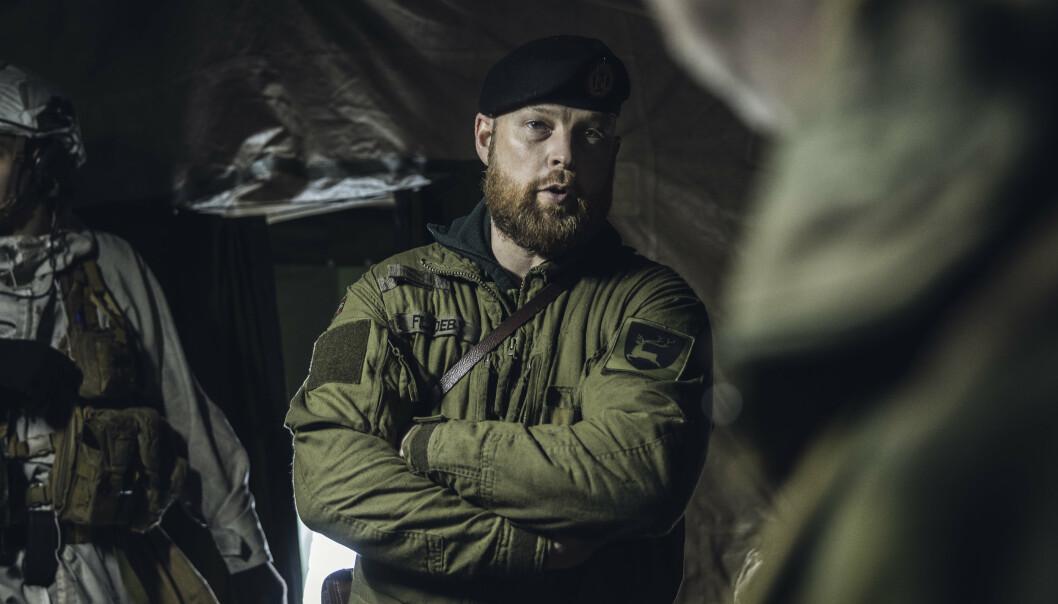 MED OVERSIKTEN: Nestkommanderende i Panserbataljonen, major Sondre Fladeby, på kommandoplass.
