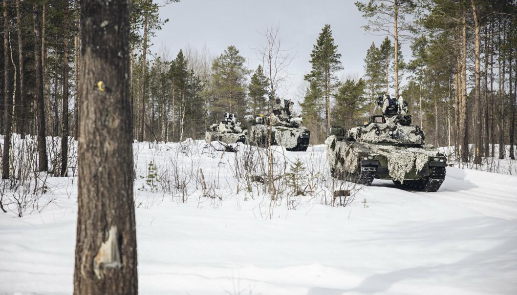 I FARTA: CV90'er ruller fram til stilling for å starte øvelsen på Setermoen. I terrenget møter de amerikansk personell og sine egne kolleger. På toppen av vogna kan et trent øye oppdage simulatorsystemet som gir en ekstra effekt til treningen.