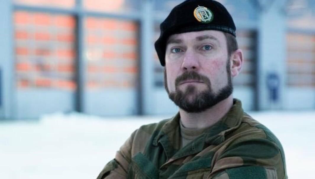 SKIFTER BEITE: Oberstløytnant Aleksander Jankov henger fra seg uniformen.